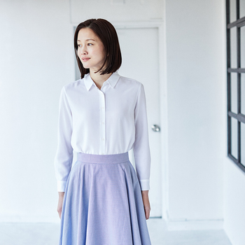 清潔感あふれる真っ白なブラウスには、ブルー×ホワイトのストライプ生地を使ったフレアスカートを合わせて清楚にまとめて。コットンの白いブラウスだとカジュアルに見えてしまいがちですが、レーヨンのほどよい光沢感が品良く見せてくれます。  レーヨンエアリーブラウス(ホワイト)¥1,990、サーキュラースカート ¥2,990/ともにユニクロ