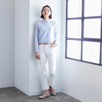 ペールトーンのライトブルーにはホワイトデニムをチョイス。ブラウスの裾は少し長めになっているので、タックインしやすく、着回しの幅が広がります。レザーのベルトで全体のトーンを引き締めて、レディな靴を合わせれば程よくカジュアルなオンスタイルの完成。  レーヨンエアリーブラウス(ライトブルー)¥1,990、ベルト ¥2,990、ポインテッドフラットシューズ ¥2,990/以上ユニクロ、ハイライズスリムフィットジーンズ ¥1,290/ユニクロ ユー
