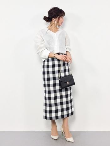 こちらはシンプルなスタンドカラーシャツに、トレンド感溢れるギンガムチェックのスカートを合わせた上品スタイル。定番の白シャツコーデも「チェック柄」のアイテムを取り入れるだけで、いつもとは一味違った新鮮なスタイルになります。