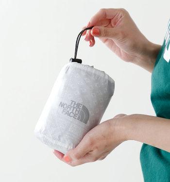 くるくると畳んでコンパクトに収納できるスタッフサック付き。これならバッグやリュックにポンッとINできますね。キャンプやフェスのお供にぴったり◎。