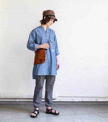 やや細身でキレイめなシルエットのパンツを選べば、ロングTシャツやワンピースとも合わせやすく普段使いもしやすいのでおすすめです。ピクニックやフェスにもおすすめなコーディネート。