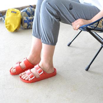 赤、黄、青など鮮やかなカラーバリエーションが魅力の「BIRKENSTOCK(ビルケンシュトック)」のサンダル。太陽の下に映えそうなカラーは履くだけでアウトドア気分が高まりそうです。水に強いので海や川といったアウトドアレジャーにもおすすめ。驚くほど軽く、履き心地も快適です。