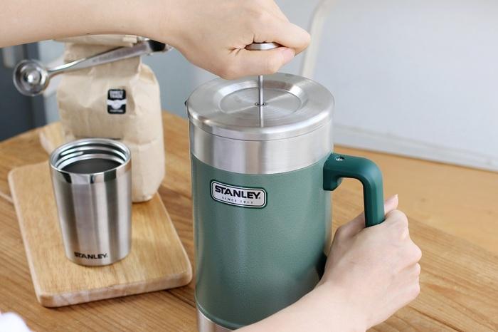 保温性・保冷性・耐久性に優れた真空断熱の大型フレンチプレス。コーヒー粉にお湯を注いでプレスするだけで美味しいコーヒーを気軽に楽しめます。一度で大人数分のコーヒを淹れられるのもうれしい◎。お茶や紅茶を淹れることもできます。