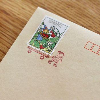 ✦封筒の表情がペタッっと変わるスタンプ 一瞬で手紙が可愛くなって、クスリと笑える魔法のアイテム「切手のこびと」。切手と組み合わせて使うスタンプで、アレンジは自由自在!このスタンプを押すために手紙を書きたくなります。