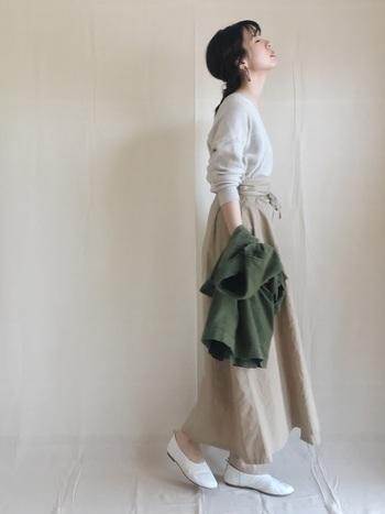 ライトベージュのラップスカートにグレージュのトップスを合わせた淡い大人フェミニンスタイル。シンプルなアイテムも、ボトムスイン&ウエストをキュッと絞ったシルエットで女性らしさを演出することができます。