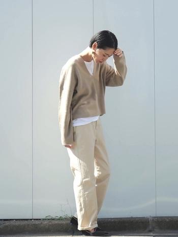 メンズライクなライトベージュのワントーンコーデは、インナーの白Tシャツを首元&裾からほんの少し覗かせて。ワントーンコーデもちょっとしたテクニックで差がつきます。