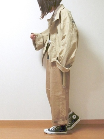 上下ビッグシルエットのちょっぴりルーズなパンツスタイルも、ライトベージュでまとめることで重すぎず軽やかな印象に。袖口や裾をラフにまくってこなれた雰囲気に着こなして。