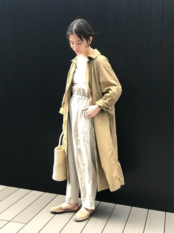 生成り色のワントーンコーデに、ライトベージュのステンカラーコートをメインに小物で馴染ませたスタイル。リネンやかごバッグ、ストラップフラットサンダルなど、柔らかな風をまとうようなナチュラル感が素敵です。