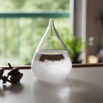 天候の変化によって結晶が変化する、ストームグラス。玄関に置いておけば、出かけるときにその日の天気をチェックすることができるので便利。