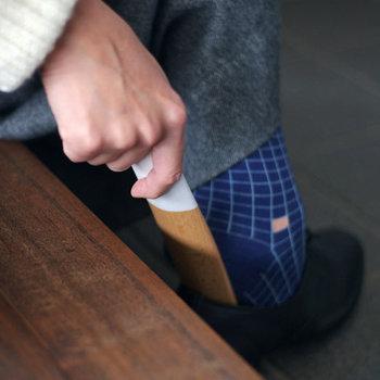 優しい木目のシューホーン(靴べら)。シンプルながらもおしゃれなカラーリングは、玄関のインテリアに溶け込みます。コンパクトなので、場所を取らないのも嬉しいポイントです。
