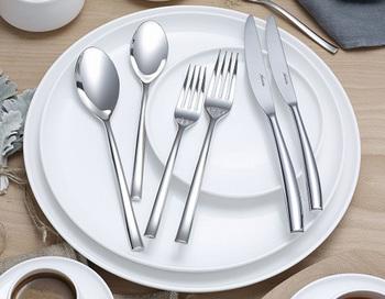 オーストラリア出⾝の世界的デザイナー、マーク・ニューソンの「サービング」シリーズです。 実はこちら、カンタス航空のビジネスクラス、ファーストクラス専用の食器シリーズとしてデザインされたもの。