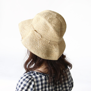 パラソルを置けるスペースがない場合も多いですよね。 それなら、日よけアイテムでしっかり紫外線対策をしましょう。 お昼寝する時だって、帽子は必須アイテムです。どうせなら、素敵な麦わら帽子でリゾート気分を演出してみて◎