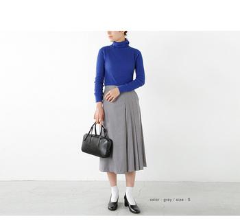 プリーツスカートのように見えるキュロットは、着こなしをクラシックに導きたい日にお役立ち。足元はソックスとパンプスで女性らしく。