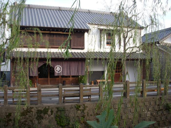 小野川沿岸にあるフレンチレストラン「夢時庵(ムージャン)」。町家を改装したレトロな建物で、地元銚子港の魚や、フランス産のフォアグラなどを使用した、おいしいフランス料理を味わうことができます。