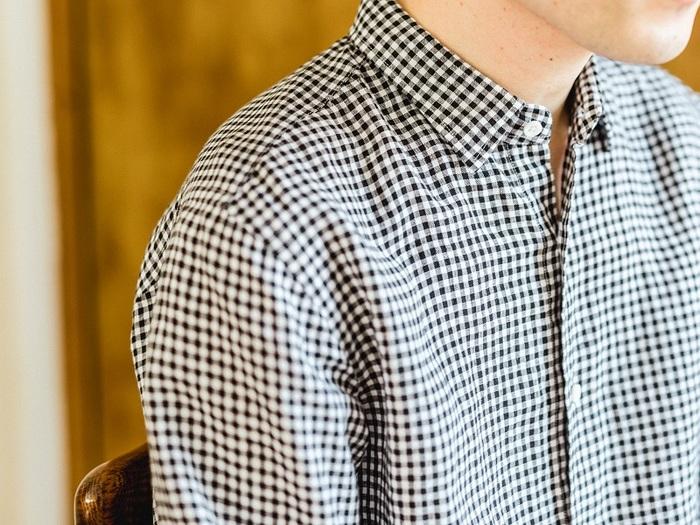 取材当日に着ていたのは、ギンガムチェックのシャツ。チェック柄がやわらかく波打つ様子から着心地のよさが伝わってきます