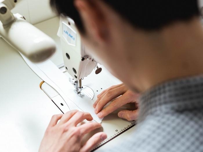 襟は、中に入れた芯を含めると6枚もの生地からつくられています。複雑な縫い合わせを経て、美しい襟が完成します
