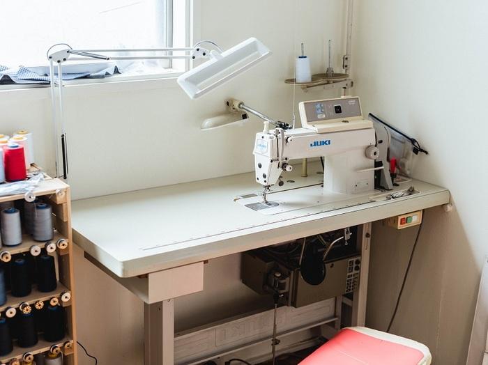 本縫い用のミシン。このほか、ボタンホールを開ける穴かがり用のミシンも使用し、シャツを製作しています