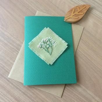 刺繍入りのカードは、手間や時間をかけたことが相手に伝わり、嬉しく思ってもらえそう。布と紙のコンビネーションも素敵ですよね。