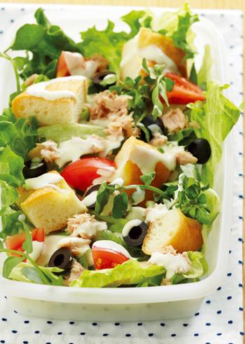 サラダの具材のひとつとして、フォカッチャを入れたアイデアメニュー。食べ応えもあって、忙しいときにささっと食べられるランチサラダにもなりますね。