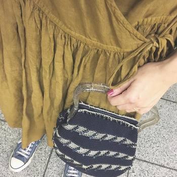 黒とシルバーの毛糸で編まれた、特徴のあるデザインのバッグ。持ち手がクリアなので、これからのシーズンも大活躍しそうです。
