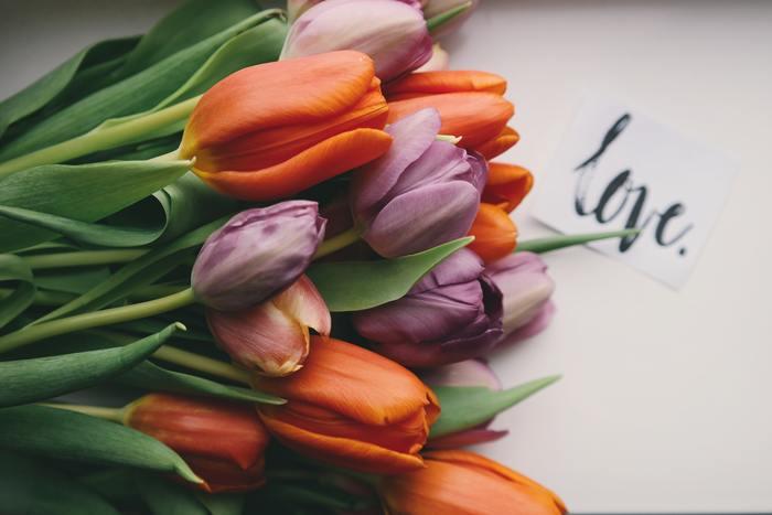 「ありがとう」は言った方も、言われた方も、優しい気持ちになれる言葉。メッセージカードやお手紙を送るのは、とても小さなことですが、大切な人が1日を暖かい気持ちで過ごしてくれる、そんな助けになりそう。  あなたも時には、心を込めたメッセージカードやお手紙を大切な人に渡してみてはいかがでしょうか?