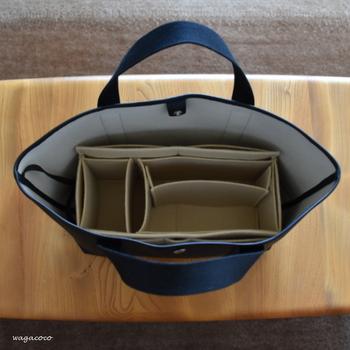 大きめのトートバッグを使っていると、バッグの形や底が安定しないために荷物がぐちゃぐちゃになってしまうこともあります。そんな時には、四角い収納ボックス(100均のボックスでもOK)を、バッグのなかに仕込んでみてください。底や角をきっちりつくると、中の荷物が動きにくくなり整理しやすくなります。