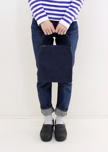 ミニサイズのトートバッグを大きいトートバッグに入れて使えば、ちょうど良いサイズのしきりになります。荷物が多くなりがちな方は、貴重品だけをミニトートにまとめてメインバッグに入れて置くと、いざという時にミニトートだけを取り出して持ち歩くこともできますよ。