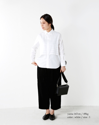 定番の白シャツは、ボーダー柄と無地の組み合わせでセンスの違いをアピール。無駄のないブラックのパンツと小物で、そのデザイン性を存分に引き立てましょう。