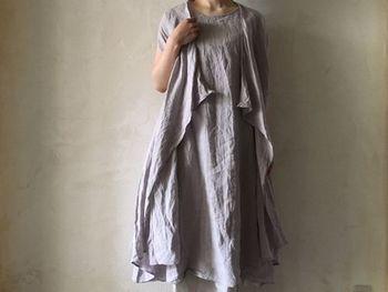 上からジレを羽織ったようなノースリーブワンピースは、春から夏まで使える優秀アイテム。前の部分をキュッと縛ったり、見せる肩の面積を調節したりと、アイデア次第でいろんな着こなし方が堪能できます。