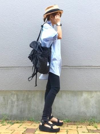 5cm底のプラットフォームタイプは脚長さんに見せてくれる頼もしいファッションアイテム!ベルトでしっかり足をホールドしているので歩きやすい上に、足元にエッジィな表情もプラスできます。