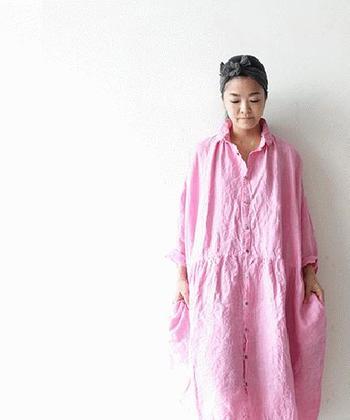 洗いざらしがこなれ感を演出してくれるピンクのシャツワンピースは、思い切って髪もアップにバンダナやスカーフで小粋にまとめると初夏を待つ今の季節にぴったりです。