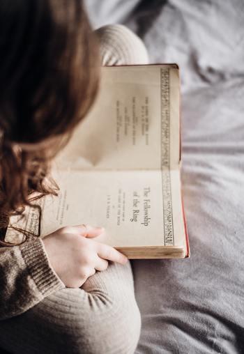 英国サセックス大学の研究によれば、自分の好きなジャンルの本を読むだけでストレスが68%軽減されると言われています。  好みの文章や内容に没頭することがストレス解消につながるようです。