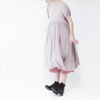 ちょうど良い抜け感のギャザーが入ったピンクのワンピース。裾からはギンガムチェックを覗かせて足元はきっちりブーツ。ジブリに出てくる少女のような大人可愛いキュートなコーディネートですね。