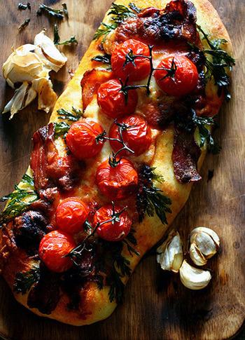 フォカッチャは材料がシンプルで成形もラクチン。ぶきっちょさんや初心者さんにも安心してつくれるおすすめのパンです。また、味がシンプルな分、アレンジの方法もたくさん。いろんな楽しみ方があるフォカッチャ、ぜひお試しくださいね。
