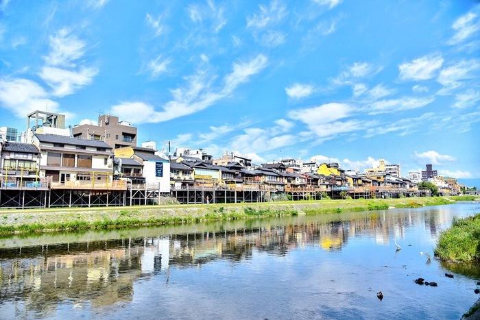 京都の夏の風物詩として有名な「納涼床」「川床」。川沿いにある料理屋さんやお茶屋さんの「床机」と呼ばれる座敷で、お料理を楽しむことができるんですよ。鴨川では「納涼床=のうりょうゆか・ゆか」と呼ばれ、貴船や高雄では「川床=かわどこ」と場所によって呼び方も違うそう。