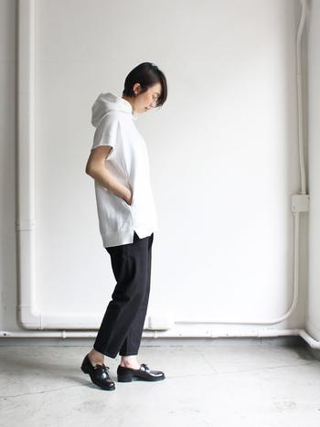 ホワイト×ブラックで、潔いカラーブロックを堪能。半袖スウェットが、シャープなクロップドパンツをリラクシーに転ばせます。