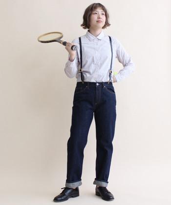 シャツとインディゴデニムの正統派ルック。裾はロールアップして軽やかさを出し、サスペンダーで少年っぽいムードも加えておきましょう♪