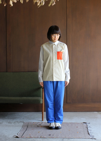 ジューシーオレンジのポケットは、小さいながらも抜群の存在感。パンツのブルーと相まって、さらにはっきりと際立ちます。