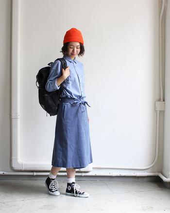 トップスとボトムはブルー系で統一し、帽子にはヴィヴィッドなオレンジをセット。視線が上に集まるので、スタイルアップも狙えます。