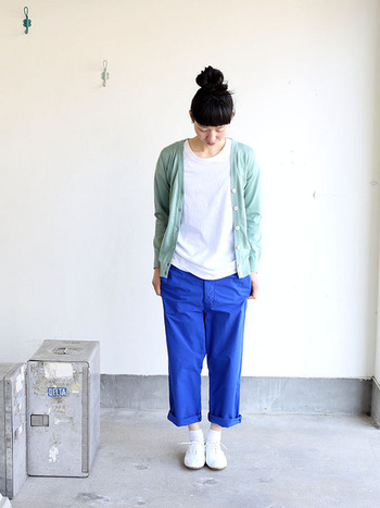 ミントグリーンのカーディガンにブルーのパンツを合わせ、小気味よいクリーンルックに。ホワイトを多めにしたのもポイントです。