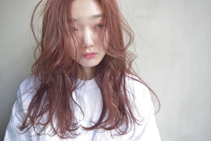 きちんと感のある白シャツを、リラクシーな雰囲気漂うほつれヘアでカジュアルダウン。空気がたっぷり入るよう、髪は乾いた質感にしておくのがポイントです。