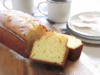 まずは覚えたいのが、薄力粉・バター・砂糖・卵のみで作る基本のパウンドケーキ。  シンプルな分バターの香りが引き立つので、老若男女問わず愛される味ですよね。  この基本さえ覚えれば、フルーツやチョコレートなどを加えたお好みのアレンジも簡単に出来るはず。 まずは基本のパウンドケーキのレシピから練習してみましょう♪