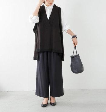 チュニック感覚で着られるゆったりシルエットの黒ベストは、ネイビーのボトムスと合わせてシックなコーデに。上品なのにナチュラルで、様々な場面で役立ってくれそうなスタイリングですね。