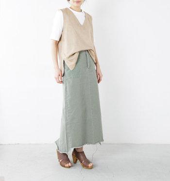 大きく開いたVネックが女性らしいフェイクレザーのベストは、半袖Tシャツに合わせてもOKの優秀アイテム。ベストもトップスのようにフロントインすることで、長めのベストでも好バランスで着こなすことが可能です。