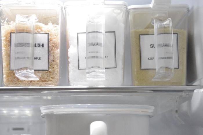 小麦粉やパン粉、カツオ節など、粉類は、湿度のダメージを受けやすい食材。常温保存OKと書いてはあっても、そのままシンク下に放っておくと虫が出てしまう場合もあります。梅雨や夏場は特に冷蔵庫に置くようにするといいですね。このとき、袋のまま、口を洗濯ばさみで止めて..なんて横着はせずに、使いやすさを考えた容器に入れ替えるのがおすすめ。取っ手のついたものなら取り出すとき落下も防げます。