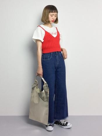 白Tにワイドデニムという定番のシンプルコーデに、パッと目を惹く赤のニットキャミソールをレイヤード。ショート丈のタイトなシルエットなので、ボトムスはワイドパンツやロングスカートを合わせるのがおすすめです。