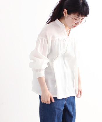 春夏の爽やかさを感じさせてくれる白トップスは、アイテムを変えるだけで表情や印象が大きく変化しますよね。そこで今回はシャツやブラウスなどのアイテム別に、白トップスの魅力的なコーデをご紹介します。