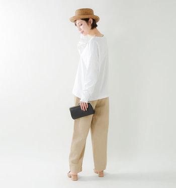 裾に掛けてAラインに広がるカットソーは、女性らしさとラフさを兼ね備えた一枚。ベージュのパンツと合わせたシンプルな着こなしに、ストローハットで季節感をプラスしています。シルエット勝負の白トップスは、アイテムをプラスし過ぎないのがポイント。