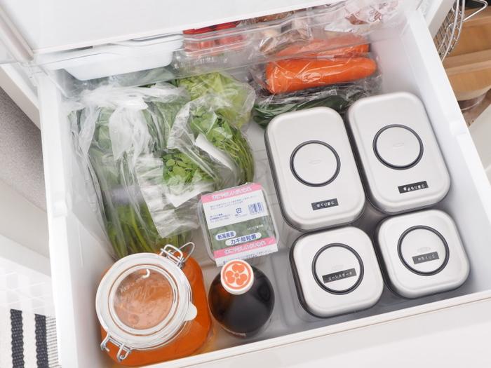 ブロガーさんたちの間で人気のOXO ポップアップコンテナ。シンプルで無駄のない設計なので、冷蔵庫の野菜室にもぴったり収まってくれます。定位置を決めておけば、ごちゃごちゃすることもありませんよね。必要なものをすぐに取り出せるようラベルを貼るのを忘れずに!