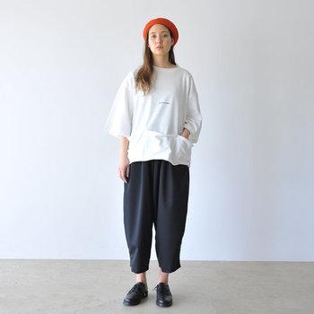 サイズ感やデザインがどこかストリートっぽいこちらの白Tシャツ。ボトムスには黒のワイドパンツを合わせて、ラフなカジュアルスタイルの完成です。赤のベレー帽が差し色になり、モノトーンコーデによく映えていますね。